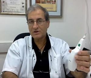 """ד""""ר גילוני מציג את הידית באמצעותה מבוצע הטיפול"""